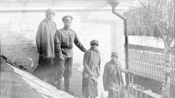 Mikołaj Romanow z córkami Olgą, Anastasią i Tatianą w Tobolsku zimą 1917 roku - Sputnik Polska