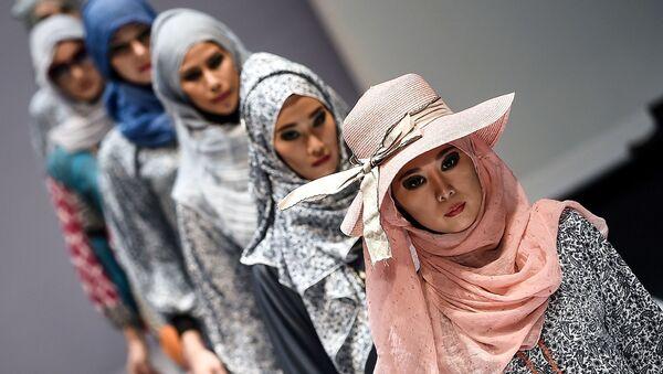 Modelki podczas demonstracji kolekcji Yan's creations podczas Tygodnia Mody Islamskiej w Kuala Lumpurze - Sputnik Polska