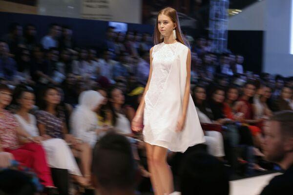 Modelka podczas pokazu kolekcji kreatora Cassey Gan na Tygodniu Mody Islamskiej w Kuala Lumpurze - Sputnik Polska