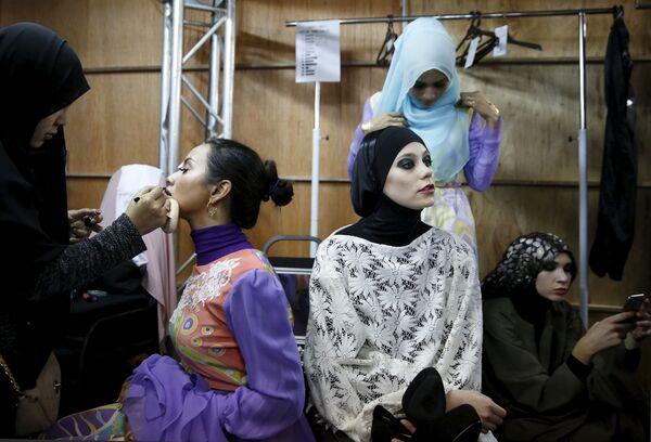 Modelki przygotowują się ku wejściu na wybieg podczas Tygodnia Mody Islamskiej w Kuala Lumpurze - Sputnik Polska