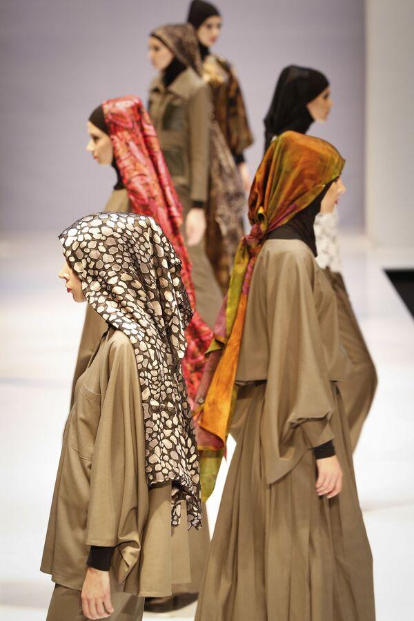 Modelki podczas pokazu kolekcji Aini Bakker podczas Tygodnia Mody Islamskiej w Kuala Lumpurze - Sputnik Polska