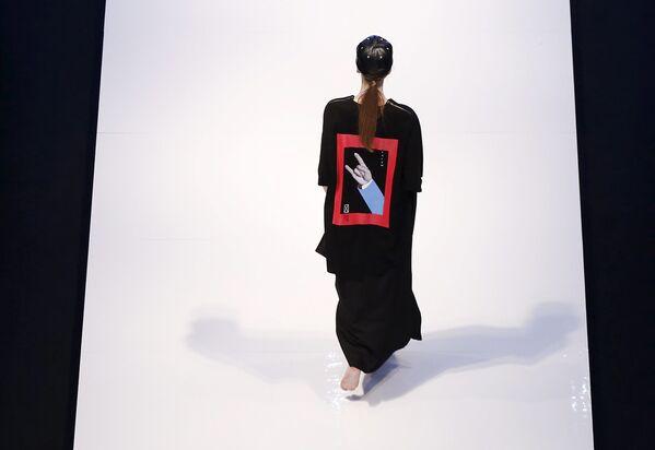 Modelka podczas pokazu kolekcji Justin Chew podczas Tygodnia Mody Islamskiej w Kuala Lumpurze - Sputnik Polska