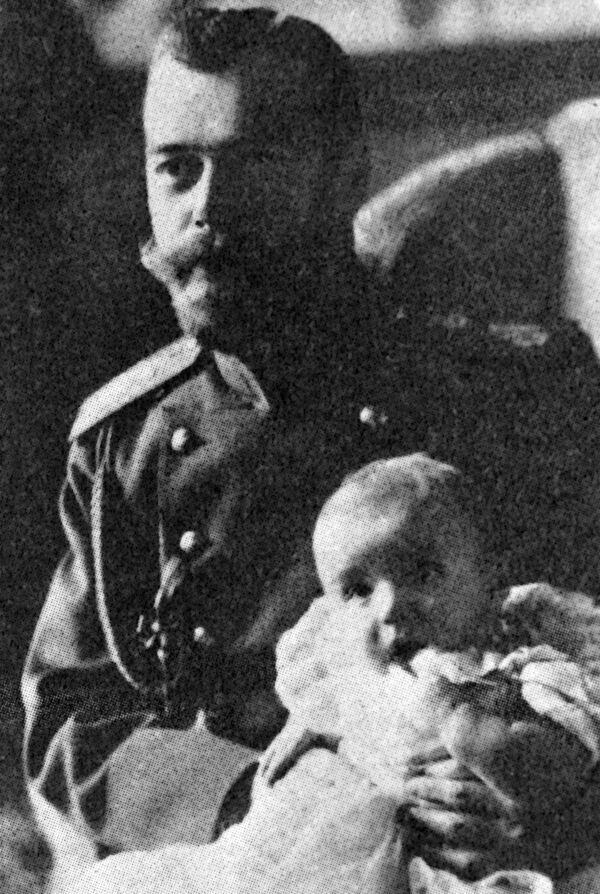 Mikołaj II trzyma w ramionach carewicza Aleksego - Sputnik Polska