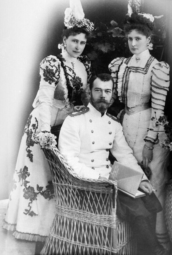 Mikołaj II z narzeczoną Aleksandrą Fiodorowną i jej siostrą Elżbietą - Sputnik Polska