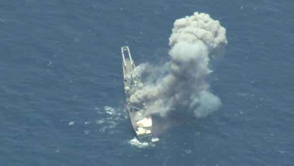 Kadr z nagrania ze zniszczenia byłego okrętu amerykańskiej floty USS Racine USS (LST-1191) podczas ćwiczeń RIMPAC na Oceanie Spokojnym - Sputnik Polska