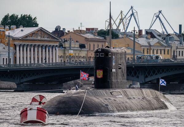 """Okręt podwodny o napędzie diesel-elektrycznym """"Dmitrow""""  na Newie w Petersburgu - Sputnik Polska"""