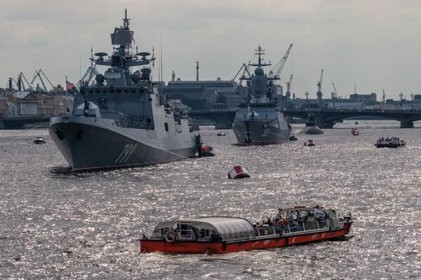 """Okręt patrolowy """"Admirał Makarow"""" i korweta """"Soobrazitielnyj"""" na Newie w Petersburgu - Sputnik Polska"""