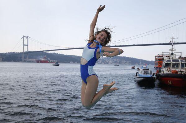Sportsmenka z Ukrainy podczas Międzykontynentalnego wyścigu pływackiego przez wody Bosforu - Sputnik Polska