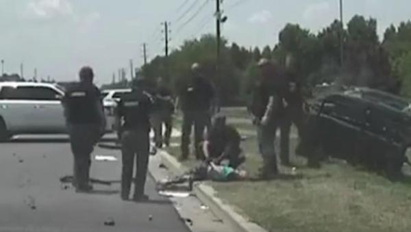 W Karolinie Południowej 24-letnia kobieta, uciekając przed policją, wypadła ze swojego samochodu przy dużej prędkości - Sputnik Polska