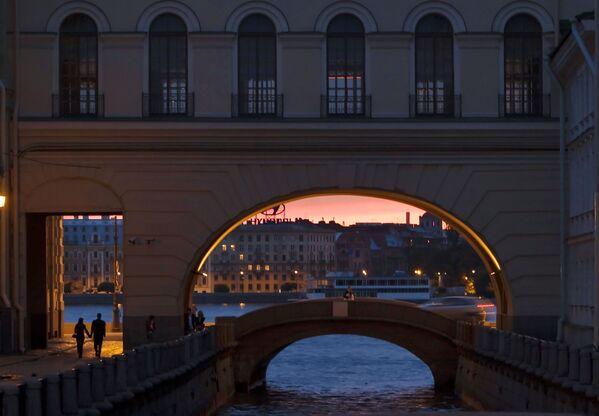 Jeden z kanałow wodnych w Petersburgu w czasie białych nocy - Sputnik Polska