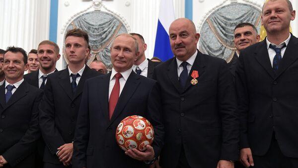 Prezydent Rosji Władimir Putin i główny trener reprezentacji Rosji Stanisław Czerczesow na uroczystości wręczenia nagród na Kremlu - Sputnik Polska