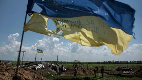 Flaga Ukrainy w miejscu działań bojowych - Sputnik Polska