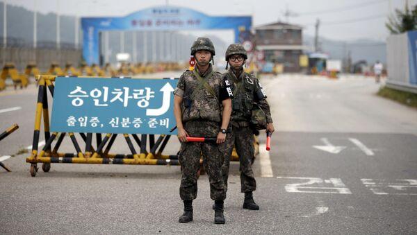 Żołnierze Korei Południowej przy punkcie kontrolnym oddzielającym dwie Koree w Paju - Sputnik Polska