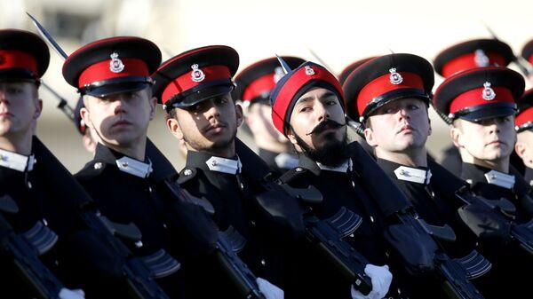 Przyszli oficerowie brytyjskiej armii na paradzie Królewskiej Akademii Wojskowej w Sandhurst w Anglii - Sputnik Polska