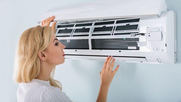Kobieta przy urządzeniu klimatyzacyjnym - Sputnik Polska