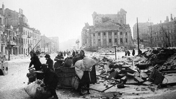 Mieszkańcy Warszawy na ulicach zniszczonego miasta po wyzwoleniu spod niemieckiej okupacji  - Sputnik Polska