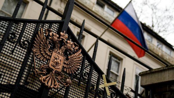 Herb na ogrodzeniu budynku ambasady rosyjskiej w Londynie - Sputnik Polska
