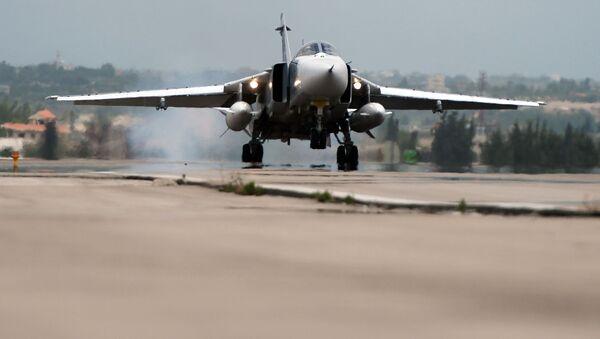 """Rosyjski samolot Su-24 ląduje w bazie lotniczej """"Hmeimim"""" w Syrii - Sputnik Polska"""