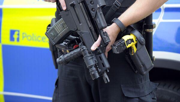 Вооруженный полицейский в Глазго, Великобритания. Архивное фото - Sputnik Polska
