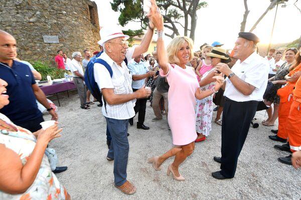 Brigitte Macron bierze udiał w obchodach 74. rocznicy wyzwolenia miasta Bormes-les-Mimosas we Francji - Sputnik Polska