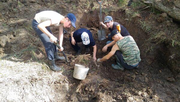 Poszukiwania szczątków radzieckich zołnierzy pod Starą Russą w obozie Dulag 150 - Sputnik Polska