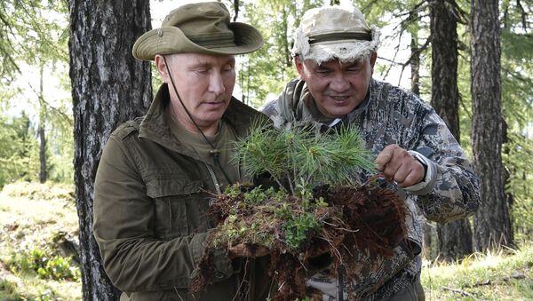 Prezydent Rosji Władimir Putin i minister obrony Siergiej Szojgu podczas wakacji nad Jenisejem w Republice Tywy - Sputnik Polska