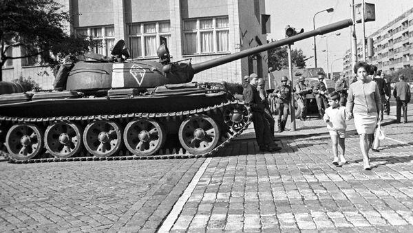 Radziecki czołg na jednej z ulic Pragi w sierpniu 1968 roku - Sputnik Polska