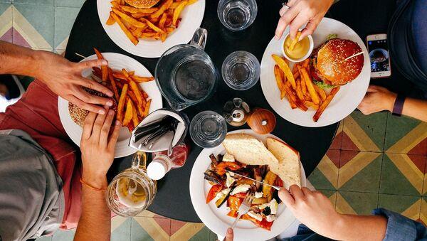 Ludzie podczas obiadu w restauracji  - Sputnik Polska