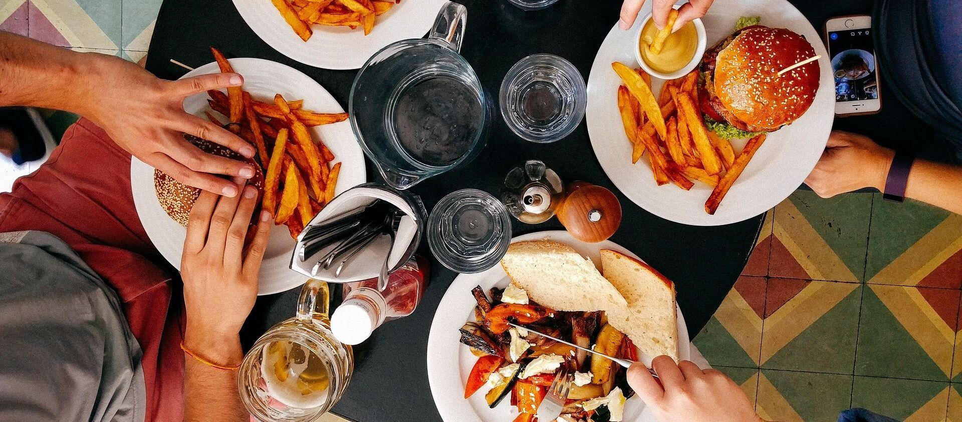 Ludzie podczas obiadu w restauracji - Sputnik Polska, 1920, 24.09.2018