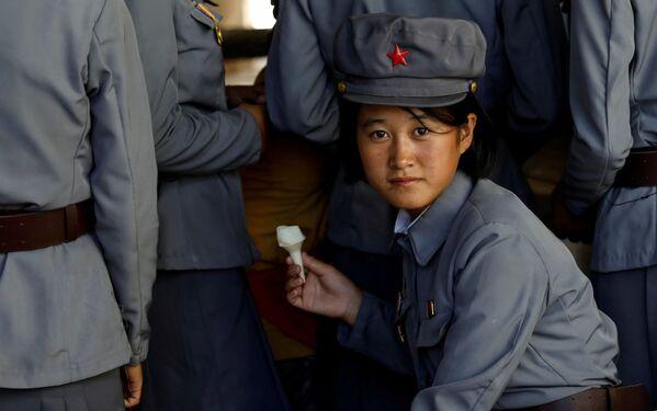 Koreańska żołnierka je lody - Sputnik Polska