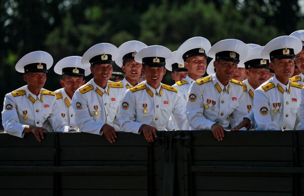 Marynarze po odwiedzeniu Muzeum Historii Naturalnej w Pjongjangu - Sputnik Polska