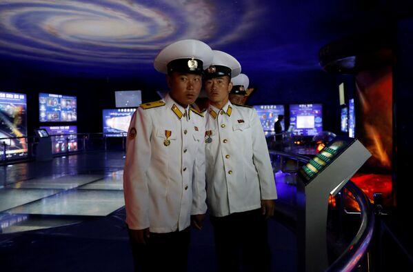 Marynarze w Muzeum Historii Naturalnej w Pjongjangu - Sputnik Polska