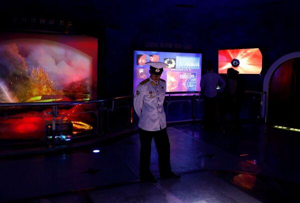 Marynarz w Muzeum Historii Naturalnej w Pjongjangu - Sputnik Polska