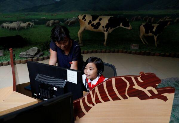 Koreańczycy w Muzeum Historii Naturalnej w Pjongjangu - Sputnik Polska
