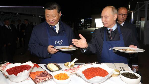 Przewodniczący Chin Xi Jinping oraz prezydent Rosji Władimir Putin na wystawie w ramach Wschodniego Forum Ekonomicznego we Władywostoku - Sputnik Polska
