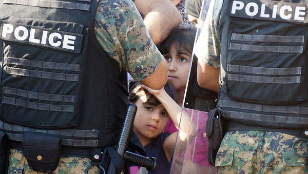 Dwóch nielegalnych imigrantów na granicy grecko-macedońskiej - Sputnik Polska