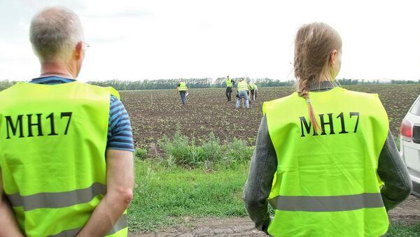 Międzynarodowi eksperci w rejonie katastrofy Boeinga 777 w obwodzie donieckim - Sputnik Polska