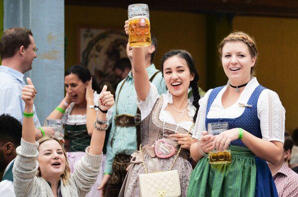 Inauguracja tradycyjnego festiwalu piwa Oktoberfest w Niemczech - Sputnik Polska