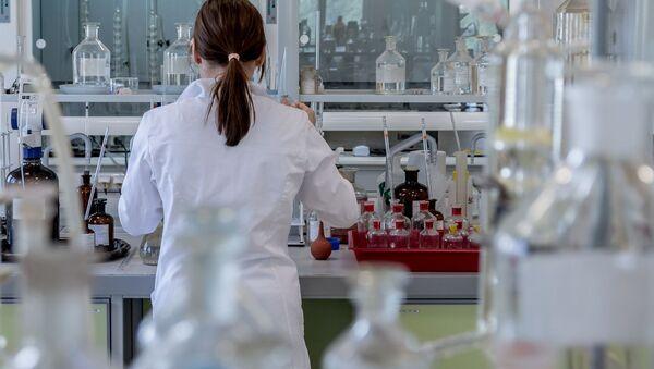 Kobieta w laboratorium w czasie eksperymentu - Sputnik Polska