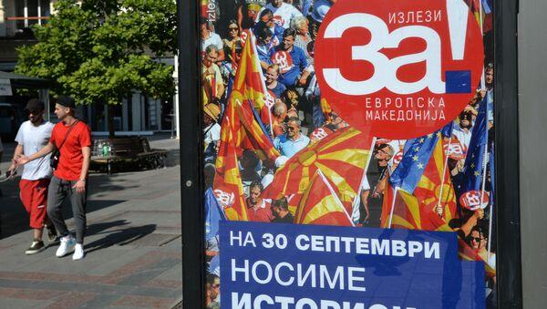 Plakat wzywający do głosowania w referendum na ulicy miasta Skopje w dniu referendum - Sputnik Polska