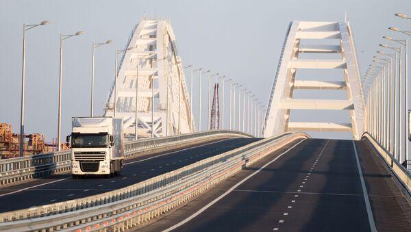 Tir na Moście Krymskim po zniesieniu ograniczeń ruchu pojazdów powyżej 3,5 ton - Sputnik Polska