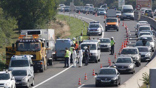 Austriacka policja przy ciężarówce, w której znaleziono ponad 70 ciał imigrantów - Sputnik Polska
