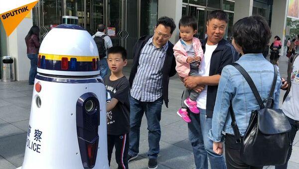 Robot patroluje ulice Pekinu - Sputnik Polska