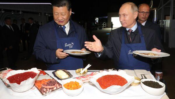 """Prezydent Rosji Władimir Putin i przewodniczący Chin Xi Jinping na wystawie """"Ulica Dalekiego Wschodu"""" - Sputnik Polska"""