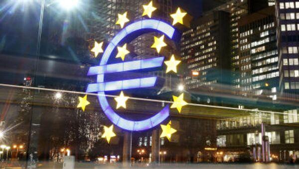 Symbol euro naprzeciwko Europejskiego Banku Centralnego - Sputnik Polska