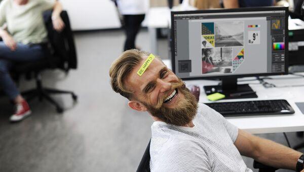Szczęśliwy pracownik biurowy - Sputnik Polska
