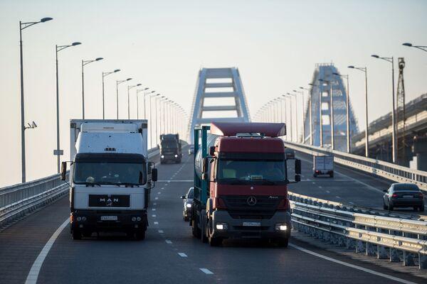 Przez Most Krymski przejechały pierwsze ciężarówki - Sputnik Polska
