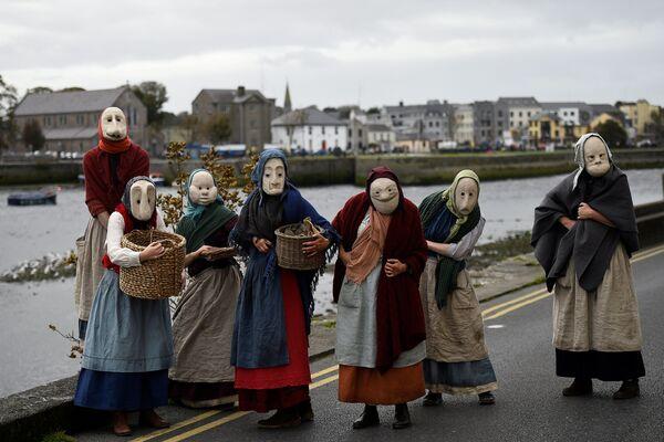 Aktorzy zespołu Bru Theatre podczas ulicznego show w irlandzkim mieście Galway - Sputnik Polska