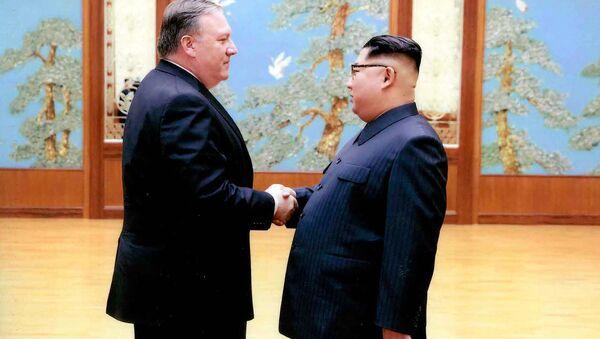 Mike Pompeo w czasie spotkania z Kim Dzong Unem w Pjongjangu w kwietniu 2018 roku - Sputnik Polska