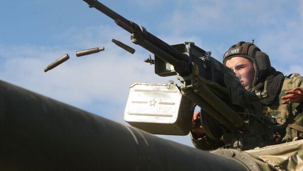 """Żołnierz strzela z karabinu czołgowego """"Utes"""" kalibru 12,7-mm - Sputnik Polska"""